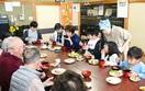 児童とお年寄り、昼食交流会
