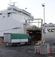 フェリーの車両積載口付近に設置されたETCのセンサー(手前右)=4日、青森県八戸市の八戸港