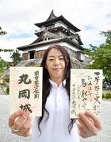 6月29日に発売される新御朱印(右)と2019年3月から販売している御朱印(左)。後ろは丸岡城天守=福井県坂井市
