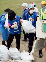 山形県大石田町の駒籠地区で、災害ごみをトラックに積み込むボランティア=4日