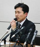 記者会見する兵庫県西宮市議会の田中正剛議長=12日午後、西宮市