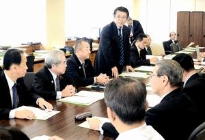 来春の福井県知事選を巡り、支持の意見が割れている会派の運営について話し合った県会自民党の総会=11月20日、福井県福井市