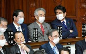 衆院本会議に出席した安倍前首相(右上)=24日午後