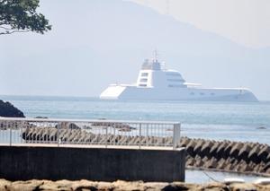 小浜湾の沖合に停泊するプライベートヨット=7月19日午後、福井県小浜市白鳥海岸から撮影