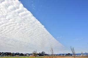直線的に雲が発生し、青色と白色に分けられた上空=1月26日午前9時40分ごろ、福井県福井市東今泉町から撮影