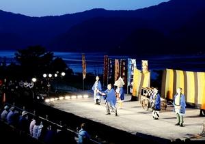 海や山をバックに、棚田ステージで披露された創作劇=5月24日、福井県小浜市田烏