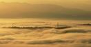 朝日浴び、雲海に浮かぶ足羽山