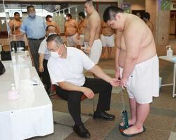 東京・両国国技館で行われた大相撲7月場所の新弟子検査=13日