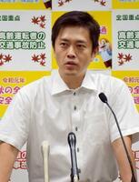 東京電力福島第1原発の処理水の扱いを巡り、大阪府庁で記者会見する吉村洋文知事=17日午後