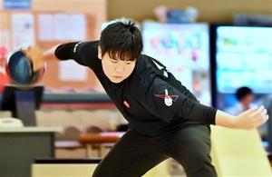 練習に励むボウリングの橋梅令士=6月27日、福井県福井市のスポーツプラザWAVE40