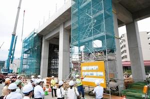 「フルプレキャスト工法」が採用された高架橋。積み木のように柱や梁を組み立てている=9月13日、福井県福井市西開発3丁目