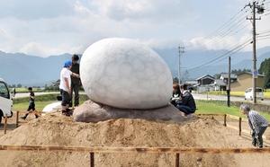 ホワイトザウルスが立っていた跡地に設置された恐竜の卵のモニュメント=12日、福井県勝山市
