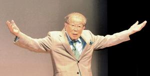 福井市内で講演する日野原重明さん=2015年6月27日、同市のフェニックス・プラザ