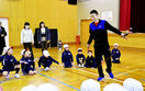 縄跳びプロの技、くぎ付け 坂井兵庫小に森口さん来校