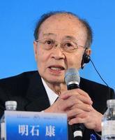 「東京―北京フォーラム」閉幕後、記者会見する明石康・元国連事務次長=17日、北京(共同)