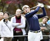 松田鈴英首位タイに、女子ゴルフ