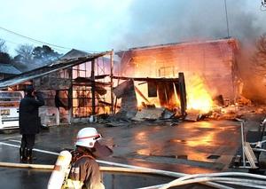 激しく燃える作業小屋=2月16日午前6時半ごろ、福井県あわら市城