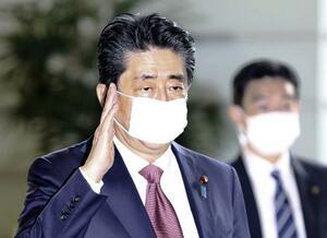 マスクを着用し、首相官邸に入る安倍首相=3日