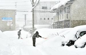 雪かきに追われる市民=6日午前7時10分ごろ、福井市福1丁目