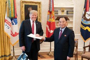 北朝鮮の金英哲朝鮮労働党副委員長(右)から金正恩党委員長の親書を手渡されるトランプ米大統領=18日(ホワイトハウスのダン・スカビーノ氏のツイッターから・共同)