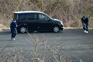 男女4人の遺体が見つかった車=22日午前、福島県いわき市