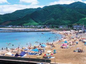 オープンデッキのある海水浴場。高浜町の穴場