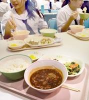 ロシアのスープ「ボルシチ」(手前)を給食で味わう武生三中の生徒たち=福井県越前市の同校