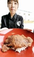 大きな一枚肉が特徴の牛乳ソースカツ丼=福井県坂井市丸岡町の「ミルクハウス」