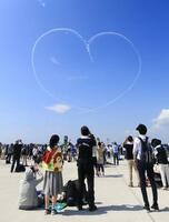 航空自衛隊松島基地の航空祭で、アクロバット飛行チーム「ブルーインパルス」が描いたハートマーク=25日、宮城県東松島市から撮影