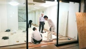 さまざまな人が空き店舗の改装作業を手伝ってくれた=9日夜、福井市中央1丁目のガレリア元町商店街