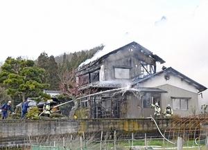 煙を上げて燃える住宅=3月12日午後1時55分ごろ、福井県福井市羽坂町