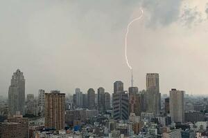 東京スカイツリーに落ちる雷=13日午後4時42分、東京都内