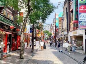 例年に比べて人出が減った横浜中華街=11日、横浜市