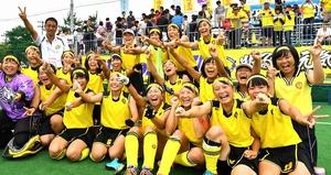連覇を決め、喜びを爆発させるホッケー女子丹生の選手たち=2日、山形県の川西町総合運動公園ホッケー競技場