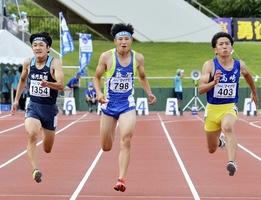 陸上男子100m決勝 10秒47の県高新で3位に入った敦賀の愛宕(中央)=7月29日、福井県福井市の9.98スタジアム