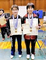 女子13歳以下シングルスと女子ダブルスで2冠を達成した大藤沙月(左)と女子ダブルス3位に入った直江杏=熊本県立総合体育館