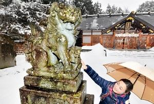 安産を象徴する母子の狛犬=福井市足羽1丁目の足羽神社