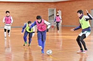 ミニゲームで汗を流すサウルコス福井の選手たち=10日、福井市東体育館