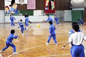 全校児童70人の福井市鷹巣小の休み時間。学年に関係なく、交じり合って遊ぶ=1月、福井市の同校
