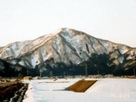 大野市の西側、荒島岳と向かい合いそびえる山