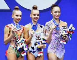 新体操の世界選手権個人種目別フープで銅メダルを獲得した皆川夏穂(右端)。日本勢の個人で42年ぶりに表彰台に上った=30日、ペーザロ(共同)