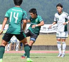 サッカー北信越リーグ1部の第13節、サウルコス福井―FC北陸 サウルコスの松尾篤(中央)がシュートを決め先制。この試合で2季ぶり5度目の優勝を果たした=9月10日、福井県越前市