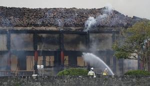 消火活動が続く首里城の北殿=10月31日午前6時57分、沖縄県那覇市