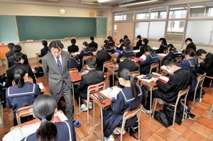 張り詰めた雰囲気の中、試験の開始を待つ受験生=7日午前9時ごろ、福井県越前市の武生高