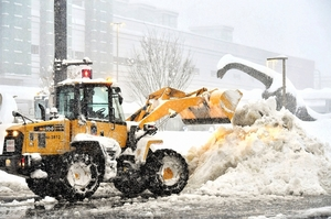 記録的な積雪に見舞われ、JR福井駅前でフル稼働する除雪車=6日午前7時30分ごろ、福井市中央1丁目
