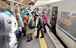 特急サンダーバードの貸し切り車両で関西圏から訪れたツアー客=17日、福井県小浜市のJR小浜駅