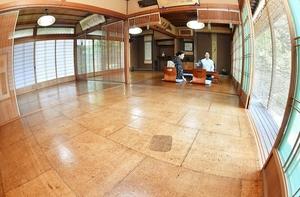 あめ色の油団が敷かれ、涼感を漂わせている客間=7月17日、福井県越前町内郡の荒平楼