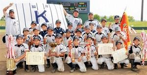 4年ぶりの優勝を飾った木田ネイビーブルーズ=14日、福井市の県営球場