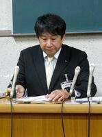 名古屋市役所で記者会見する市教委の担当者=2日午後