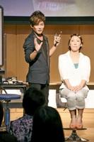 肌をきれいに見せるプロのメーク術を学んだ講座=26日、福井新聞社・風の森ホール